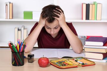 Schüler verzweifelt bei Hausaufgaben in der Schule