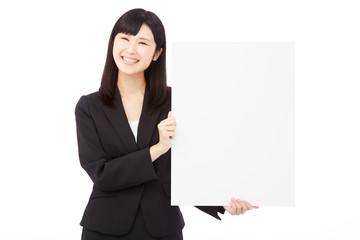メッセージボードを持って笑うビジネスウーマン