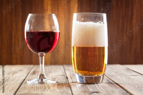Aluminium Bier Red wine glass and glass of beer