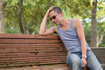 ベンチで頭を抱える男性