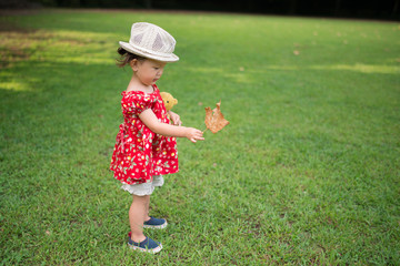 落ち葉を見つけた少女