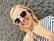 canvas print picture - Mädchen mit Sonnenbrille und Kopfhörer