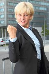 Geschäftsfrau happy mit geballter Faust