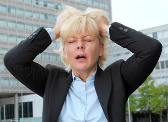 Geschäftsfrau rauft sich die Haare