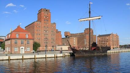Alter Hafen mit Baumhaus, Speicher und Kogge in Wismar