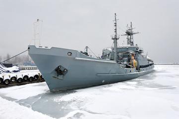 Morze, zimowy port z oretem wojennym