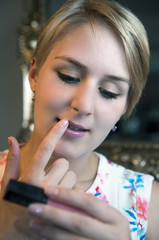 Mädchen trägt Lipgloss auf