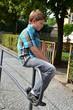 Nachdenklicher Junge sitzt auf Geländer