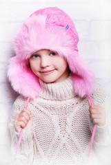 розовая меховая шапка