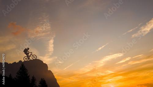 Foto op Aluminium Wielersport Mountainbiker in den Alpen