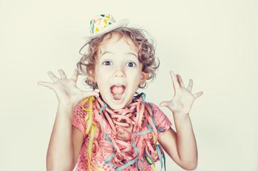 Bambina con cappellino party