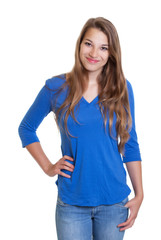 Blonde Frau mit blauem Shirt freut sich