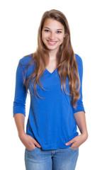 Blonde Frau mit blauem Shirt ist entspannt