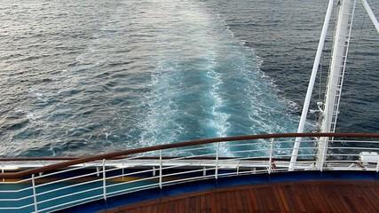 大型客船の最後尾からの眺め_2