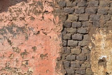 altes Lehm-Mauerwerk verliert den Putz