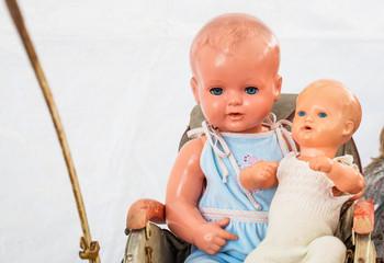 Alte Puppen auf Flohmarkt