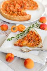 tarte aux abricots et part coupée (verticale) 2