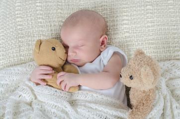 Baby drückt Teddy