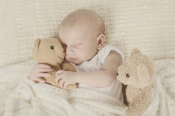 Baby hält Teddybär