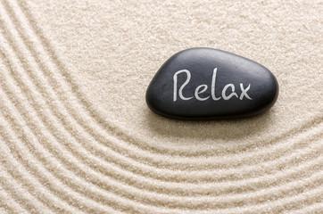 Schwarzer Stein mit der Aufschrift Relax