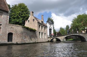Puente y edificio antigua canal de Brujas