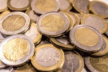 Euromünzen auf weißem Hintergrund