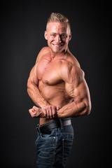 Bodybuilder zeigt seine Muskeln