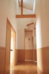 廊下と日の差す天井