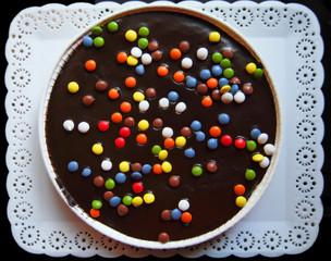 Tarta de chocolate, bandeja blanca, pastel