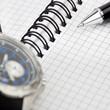 Notizbuch und Armbanduhr