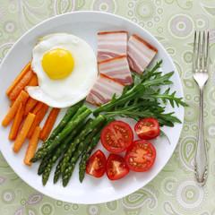 Frühstück mit Spiegelei, Speck und Gemüse