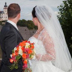 Glückliches Brautpaar blickt in die ferne Zukunft