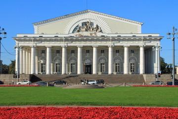 старинное здание биржи в Санкт-Петербурге
