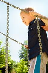 Kind spielt auf dem Spielplatz