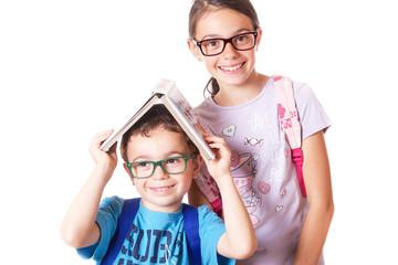 Bambini con occhiali e zaino