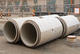 Grosse Kanalrohre aus Beton warten auf Montage
