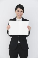 スケッチブックを広げる若い女性