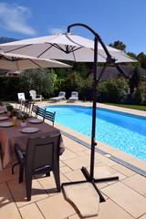 terrasse de maison et sa piscine