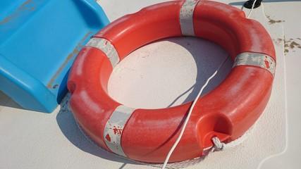 Roter Rettungsreifen auf Treetboot