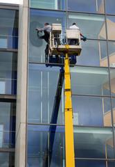 Fensterputzer auf Hebebühne Gebäudereinigung Glasfassade