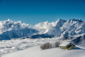 baita in montagna nella neve