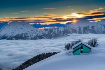 casa in montagan al tramonto