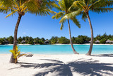 Fototapety Palme su una spiaggia bianca in Polinesia francese. Bora Bora