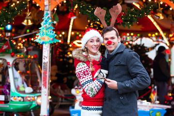 Paar auf Weihnachtsmarkt während Adventszeit