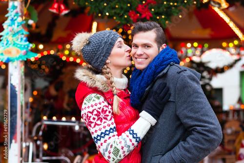 canvas print picture Paar auf Weihnachtsmarkt während Adventszeit