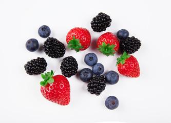 Frutti di bosco isolati su bianco