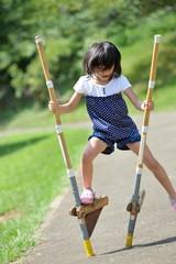 竹馬の練習をしてる女の子
