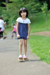 竹ぽっくりで歩く女の子