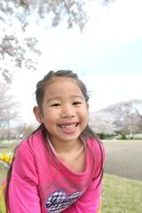 桜の下で笑っている女の子