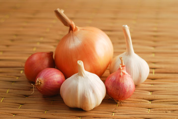 Onions and garlics on pallet